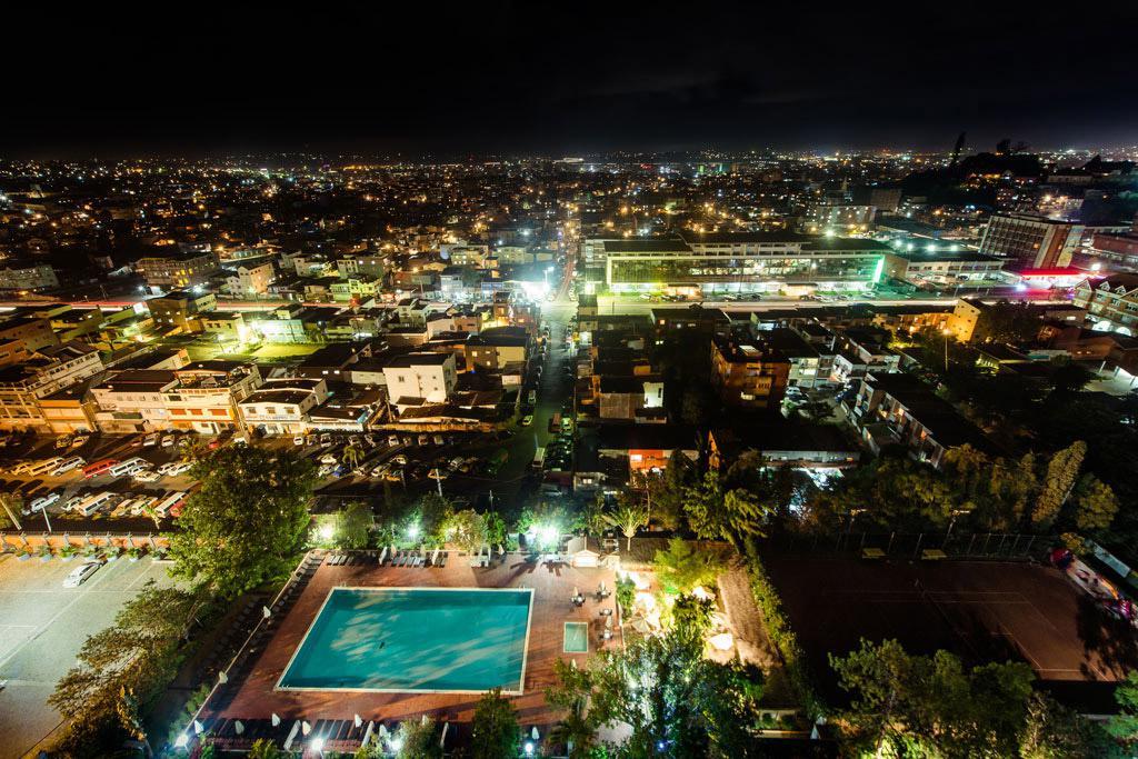 Vue de nuit sur la piscine et sur Antananarivo depuis une chambre de Carlton