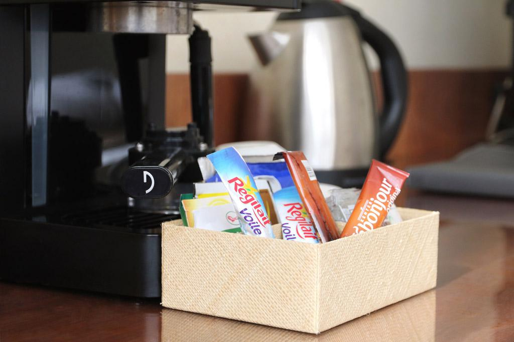 Lait, sachets de thé avec la machine à café et bouillordans une chambre premium de l'hotel Carlton Madagascar