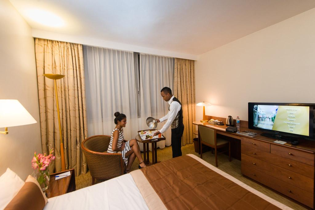 Une chambre luxueuse avec les services et les équipements de l'hotel Carlton Madagascar
