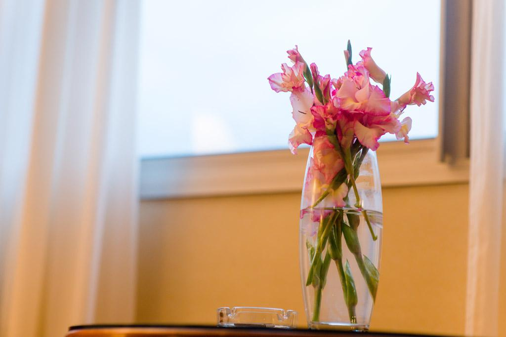 Fleurs dans une vase qui ornent une chambre de l'hotel Carlton Madagascar