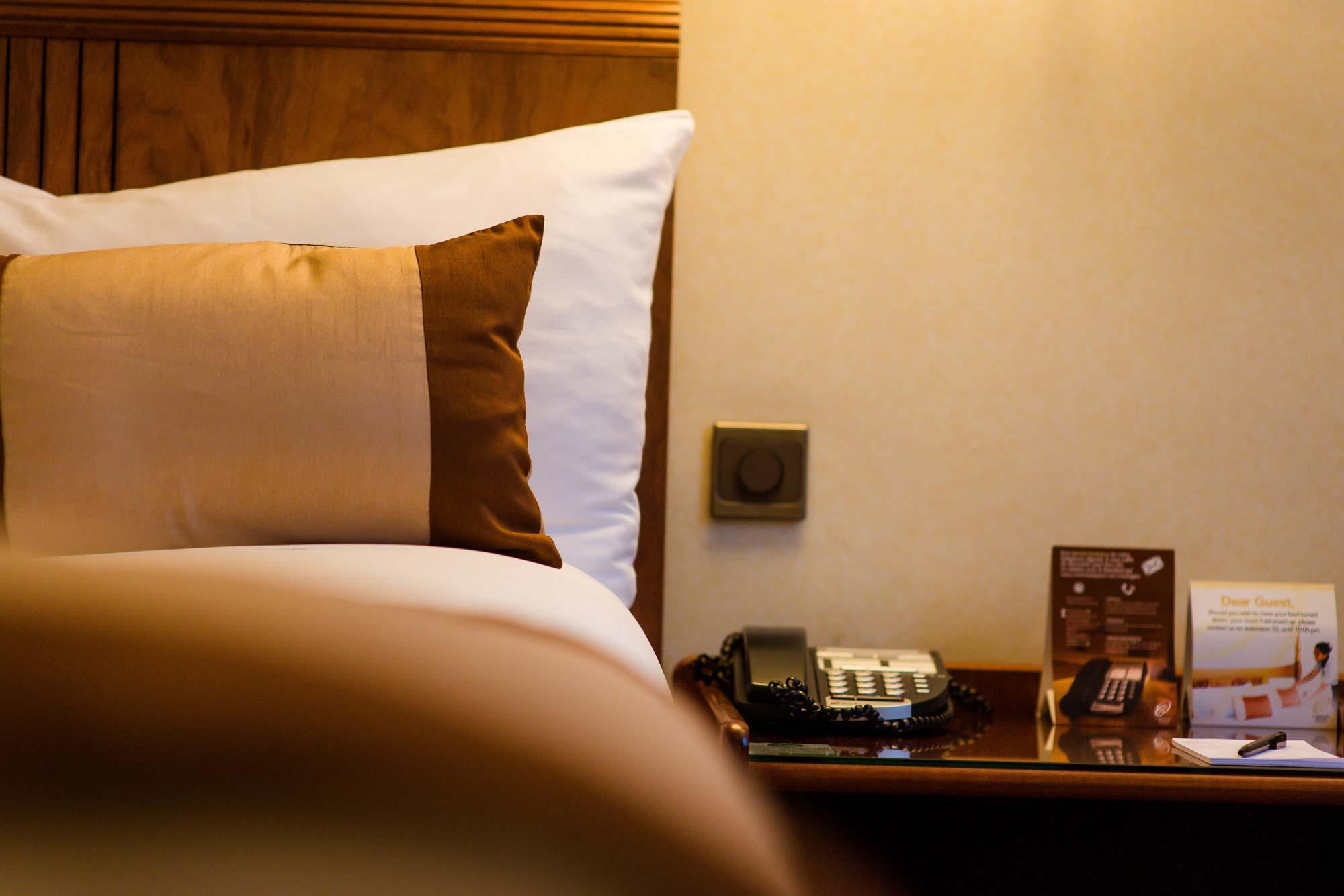 Lit et table de chevet – Hotel Carlton Madagascar
