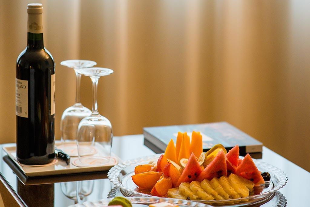 Table à vin et fruit des suites de Carlton Madagascar